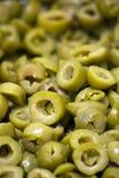 Geschnittene grüne Oliven stockfotos