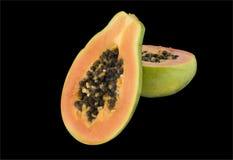 Geschnittene innen Hälften der Papaya Frucht stockfotografie