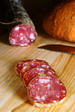 Geschnittene italienische Salami Stockfoto