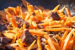Geschnittene Karotten und Fleisch für das Kochen Lizenzfreie Stockfotografie
