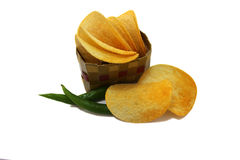 Geschnittene Kartoffelchips im Korb Stockfotos