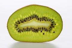 Geschnittene Kiwi auf Weiß Stockfoto