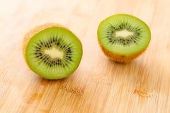 Geschnittene Kiwi-Frucht Stockfoto