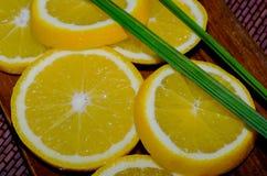 Geschnittene Orange auf einer hölzernen Platte Stockfoto