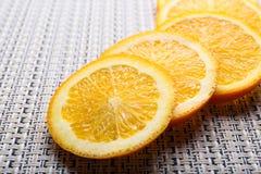 Geschnittene Orange auf Tabelle Stockfotos