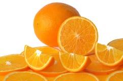 Geschnittene orange Frucht lokalisiert auf weißem Hintergrund Lizenzfreie Stockfotos