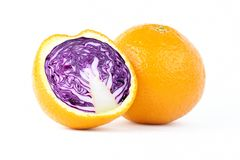Geschnittene Orange mit Rotkohl innerhalb der Fotomanipulation auf weißem Hintergrund stockbilder