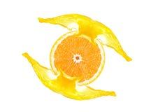 Geschnittene Orange mit Saftspritzen Lizenzfreie Stockfotos
