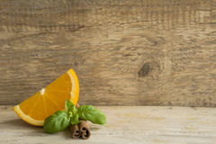 Geschnittene Orange mit Zimt Stockfoto