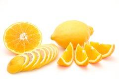 Geschnittene Orange und Zitrone lokalisiert auf einem weißen Hintergrund Stockbilder