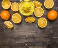 Geschnittene Orangen und Juicergrenze, Platz für Draufsichtabschluß des Hintergrundes des Textes hölzernen rustikalen oben Stockfotos