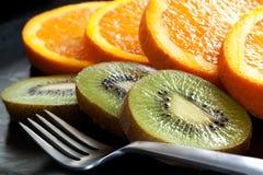 Geschnittene Orangen-und Kiwi-Frucht lizenzfreie stockbilder