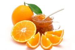 Geschnittene Orangen und Stau, lokalisiert auf weißem Hintergrund Stockfotografie