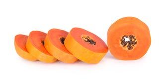 Geschnittene Papaya auf einem weißen Hintergrund stockbild