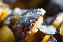 Geschnittene Pflaumen und gestreut mit Zucker für Stau Lizenzfreies Stockbild