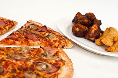 Geschnittene Pilz- und Schinkenhawaiianerpizza Stockbilder