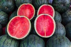 Geschnittene reife Wassermelone für Verkauf im lokalen Markt Stockbild