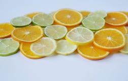 Geschnittene Ringe der Orange und der Zitrone und des Kalkes lokalisiert auf weißem Hintergrund stockbilder