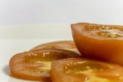Geschnittene Tomate auf Platte Stockfotografie