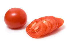 Geschnittene Tomate getrennt auf Weiß stockfoto