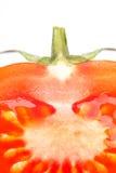 Geschnittene Tomate mit Endstück auf Weiß Stockbild