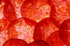 Geschnittene Tomaten als Lebensmittelhintergrund, Draufsicht Stockbild