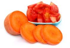 Geschnittene Tomaten und geschnittene Karotte Lizenzfreie Stockfotos
