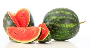 Geschnittene und ganze Wassermelonen lokalisiert auf weißem Hintergrund Stockfotos