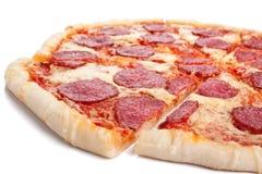 Geschnittene vollständige Salamipizza Stockbild