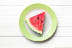 Geschnittene Wassermelone auf Küchentisch Stockfotos