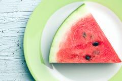 Geschnittene Wassermelone auf Küchentisch Stockbilder