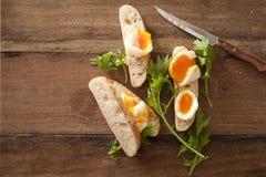 Geschnittene Weiche gekochte Eier auf frischem Stangenbrot Stockfoto