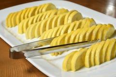 Geschnittene Zitrone auf der weißen Platte Lizenzfreie Stockfotografie
