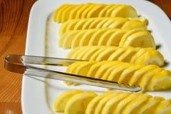 Geschnittene Zitrone auf der weißen Platte Stockbild