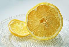 Geschnittene Zitrone auf transparenter Untertasse Lizenzfreies Stockfoto