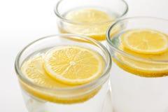 Geschnittene Zitrone im Wasser Stockbild