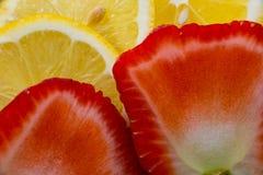 Geschnittene Zitronen und Erdbeeren Stockbild
