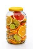 Geschnittene Zitrusfrüchte in einem Glas Lizenzfreie Stockfotografie