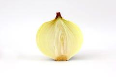 Geschnittene Zwiebel auf weißem Hintergrund stockfotos