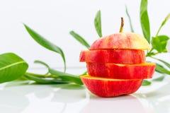 Geschnittener Apfel mit Gemüsesaft und Blume Stockbild