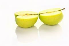 Geschnittener Apfel mit Reflexion Stockfotografie