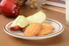 Geschnittener Apfel und Plätzchen Stockfotos