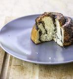 Geschnittener frischer Backenkuchen mit Mohn Stockfoto