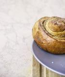 Geschnittener frischer Backenkuchen mit Stau Stockfotografie