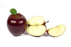 Geschnittener frischer roter Apfel lokalisiert auf Weiß Lizenzfreies Stockbild