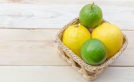 Geschnittener grüner Apfel auf weißem Hintergrund Stockbild