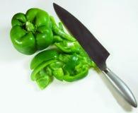 Geschnittener grüner Grüner Pfeffer mit Messer Stockfotografie