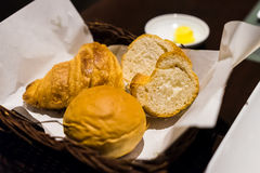 Geschnittener Käse und Butter des Brotes mit Sahne für Abendessen Lizenzfreies Stockbild