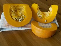 Geschnittener orange Kürbis Lizenzfreie Stockfotos