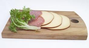 Geschnittener Rauch-Käse mit ungarischer Salami lizenzfreie stockfotos